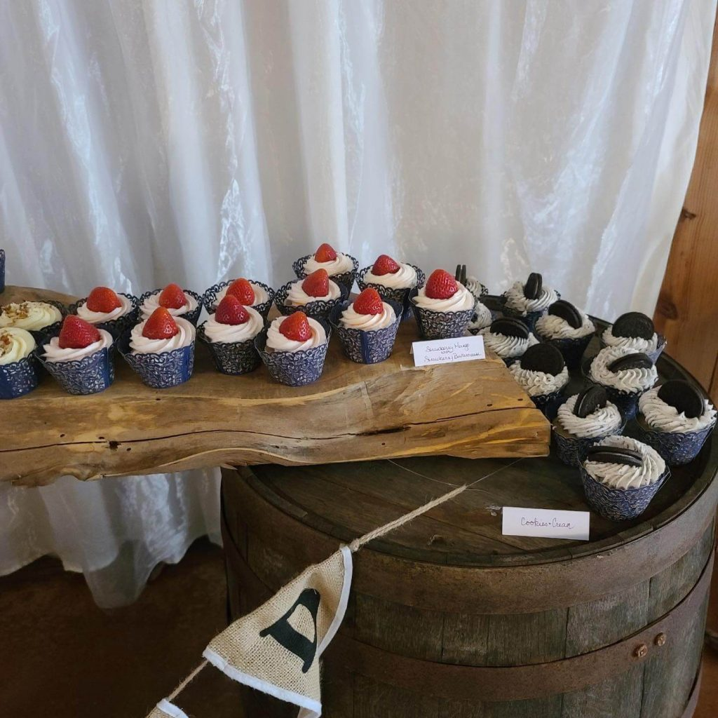Verneles_Desert_table_cupcakes_barrel_wood