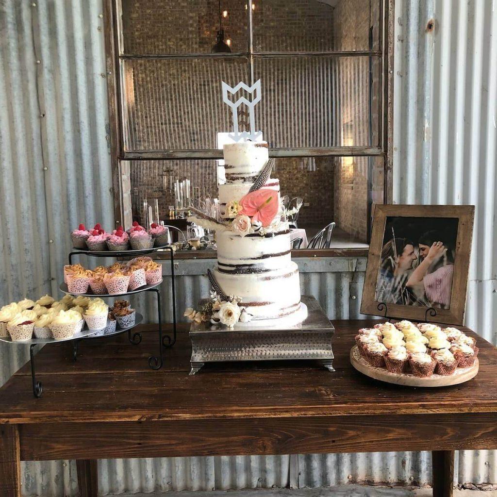 Verneles_desert_table_tier_cake_cupcakes_photo