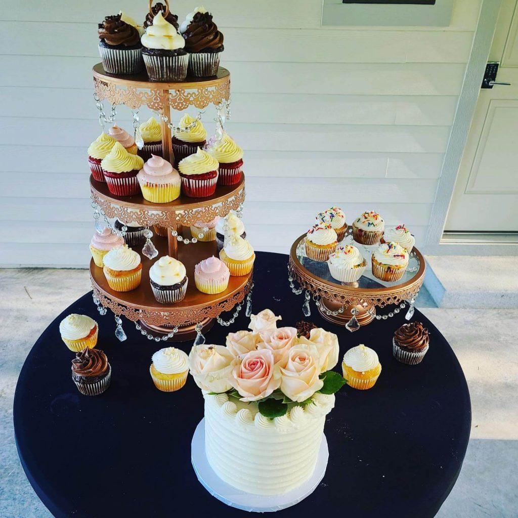 Verneles_desert_table_tier_cupcakes_small_cake